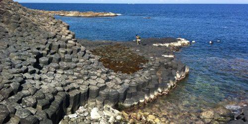 Ghềnh đá đĩa nhìn từ trên cao như tổ ong khổng lồ bên bờ biển.