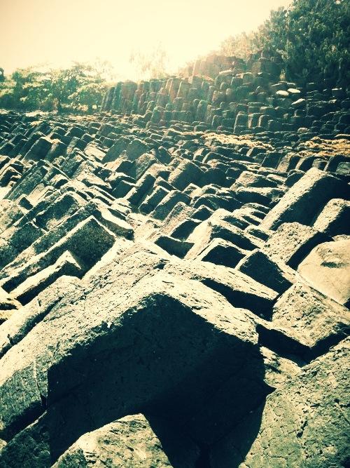 Những khối đá đen phản chiếu ánh nắng mặt trời.