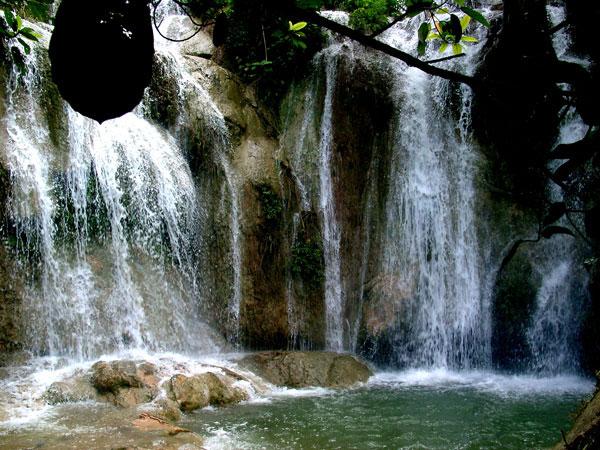 Chiêm ngưỡng thác Voi từ nhiều góc độ mới thấy hết vẻ đẹp hoang sơ kỳ vĩ của nó, nhưng nhìn từ chân thác nhìn lên là vẻ đẹp hoàn hảo nhất.