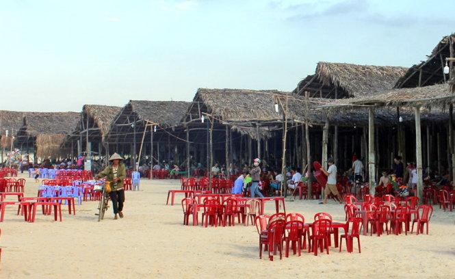 Dải hàng quán dân dã ở biển Khe Hai – Ảnh: VÕ QUÝ CẦU