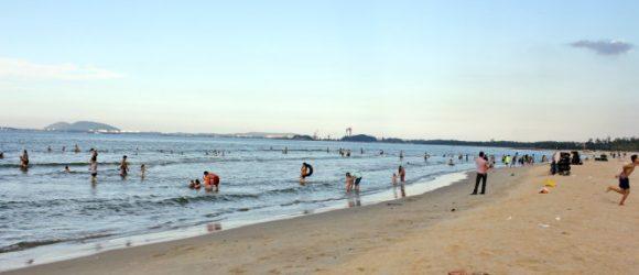 Bãi biển Khe Hai với bãi cát dài và rộng – Ảnh: VÕ QUÝ CẦU