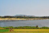 Đây là cây cầu gỗ được xem như dài nhất Việt Nam hiện nay với chiều dài khoảng 700m. Toàn bộ cầu phần lớn đều được dựng lên bằng gỗ và tre, duy chỉ có đinh tán hay ốc vít nối các đoạn tre, mảnh gỗ lại với nhau là được làm bằng sắt nên cầu sở hữu một vẻ đẹp rất đơn sơ, mộc mạc.