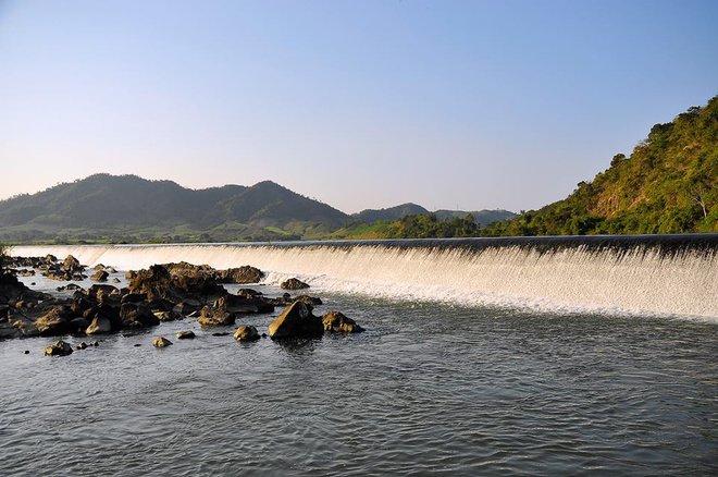 Đập thuộc huyện Phú Hòa và nối liền hai dãi núi cao Trù Các (phía bắc) và Qui Hậu (bờ nam) tạo nên thế sơn thủy hữu tình.
