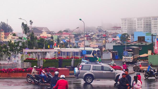 Đà Lạt nhộn nhịp trong mưa Đà Lạt. Ảnh: Thichkhampha.net