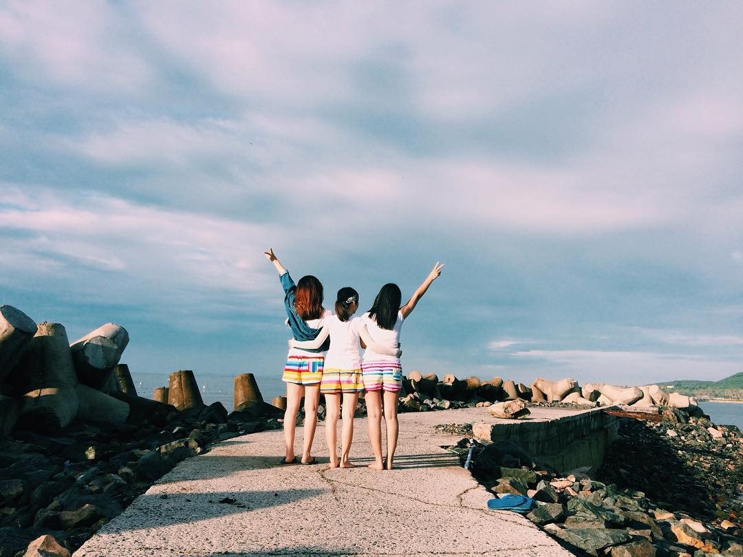 Bãi đá ông địa - điểm tắm biển và check in của giới trẻ